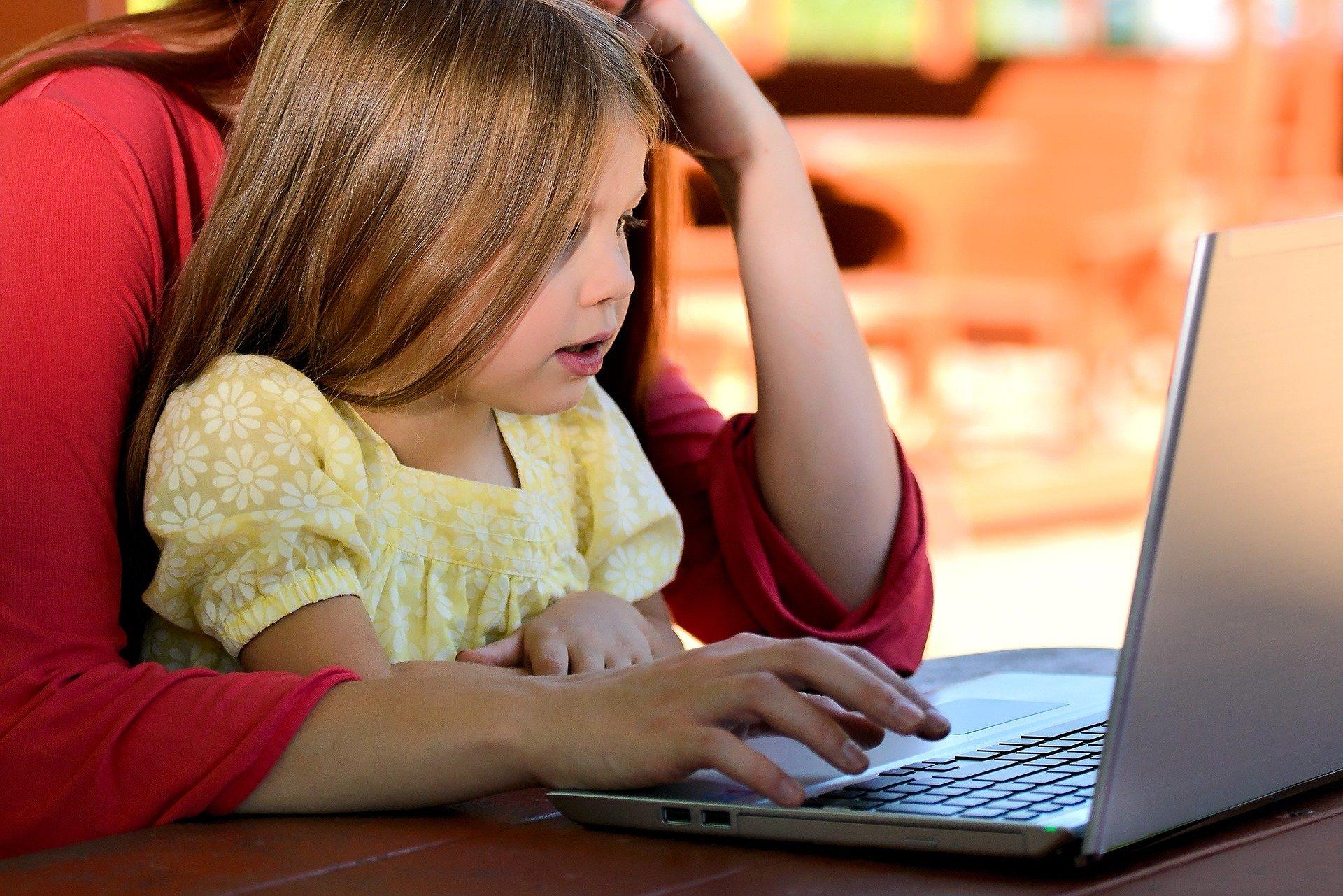 Девочка учится